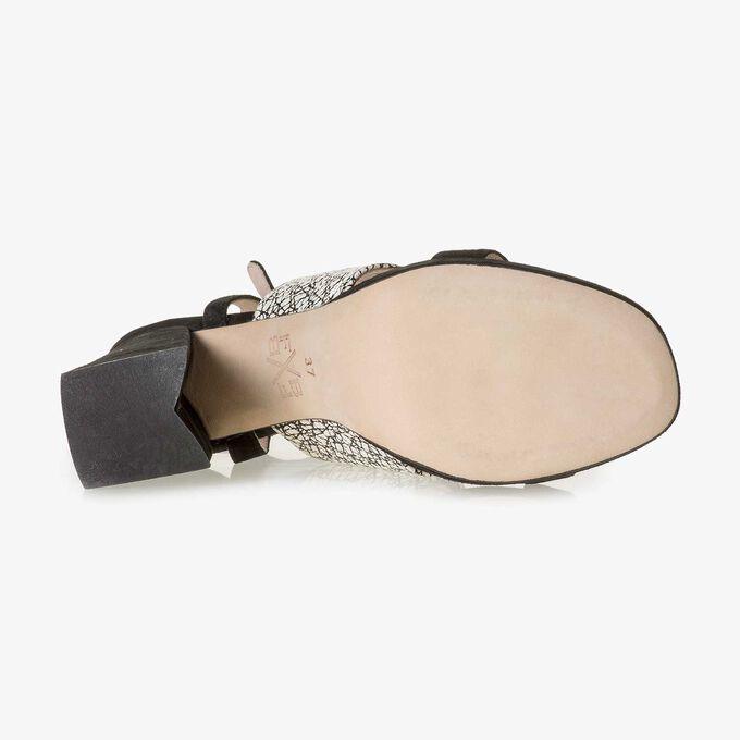 Schwarz-weiße gemusterte Wildleder-Sandalette
