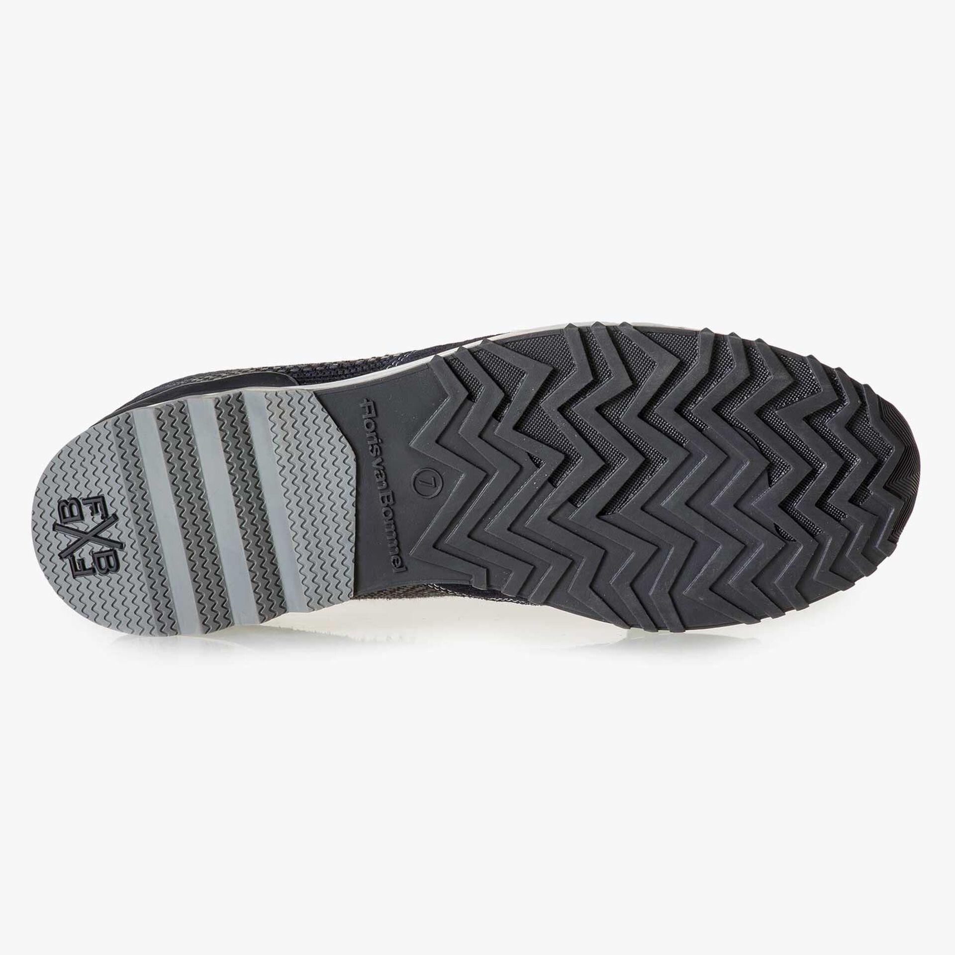 Dunkelblauer Wildleder-Sneaker mit Muster