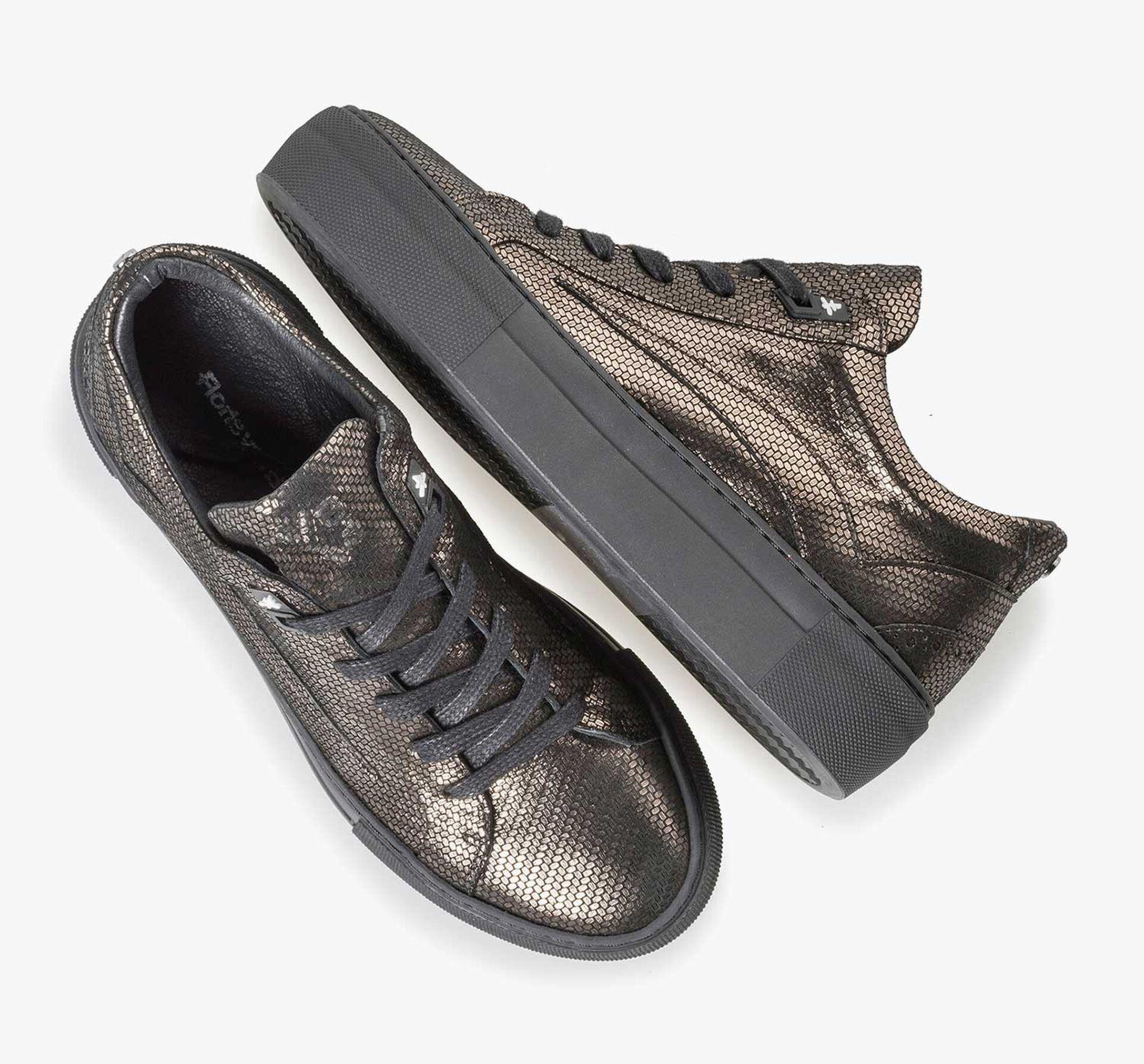 Sneaker mit bronzefarbenem Metallic-Print