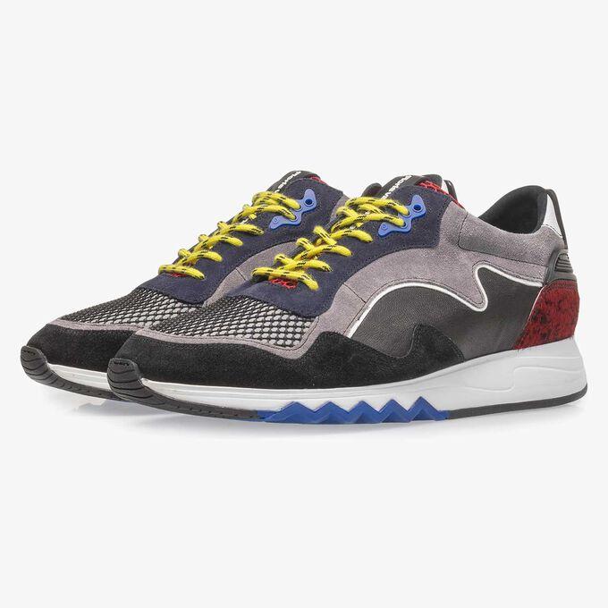 Schwarz-roter Wildleder-Sneaker