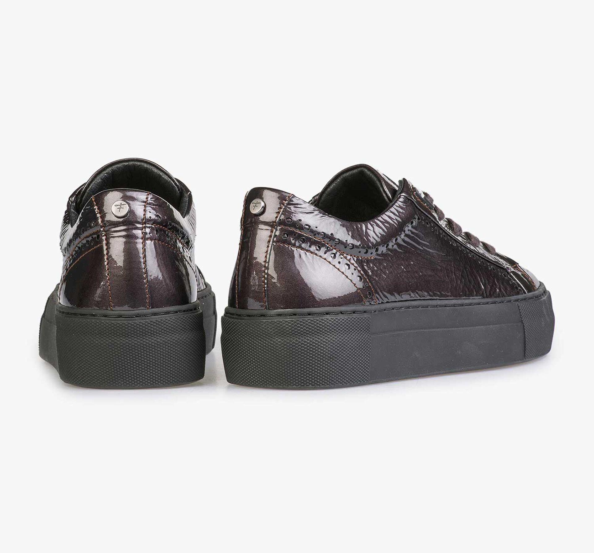 Bordeauxroter und taupefarbener Lackleder-Sneaker mit Knittereffekt