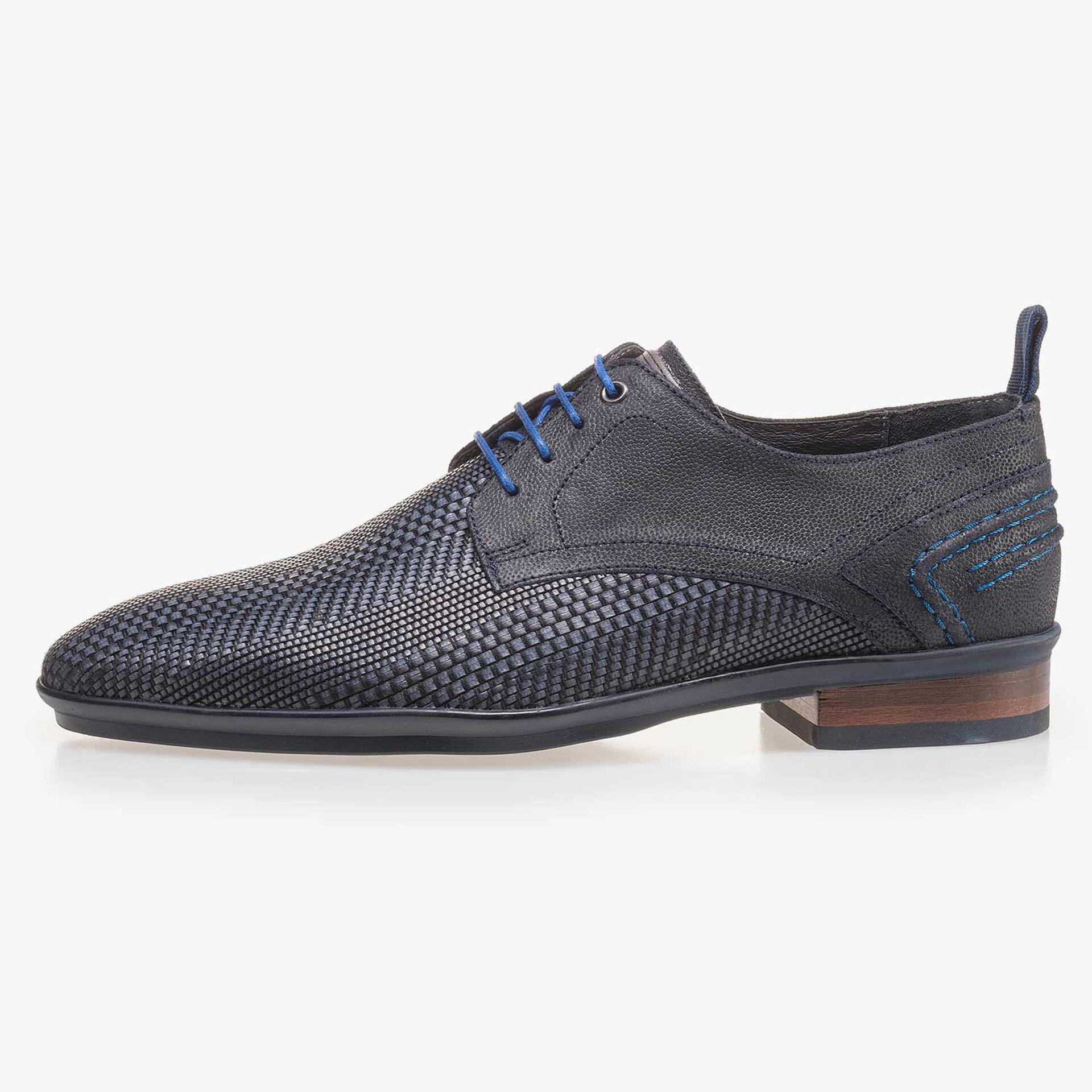 Blauer Schnürschuh aus geflochtenem Leder