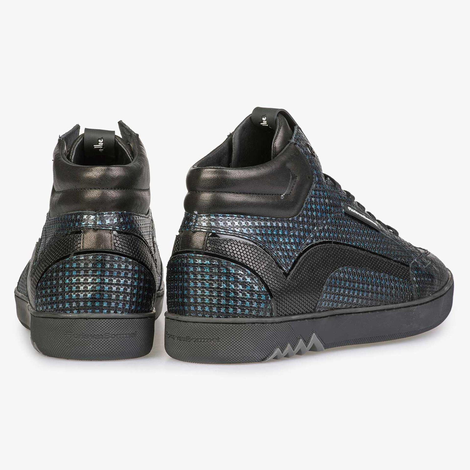 Blauer Sneaker mit Metallic-Print