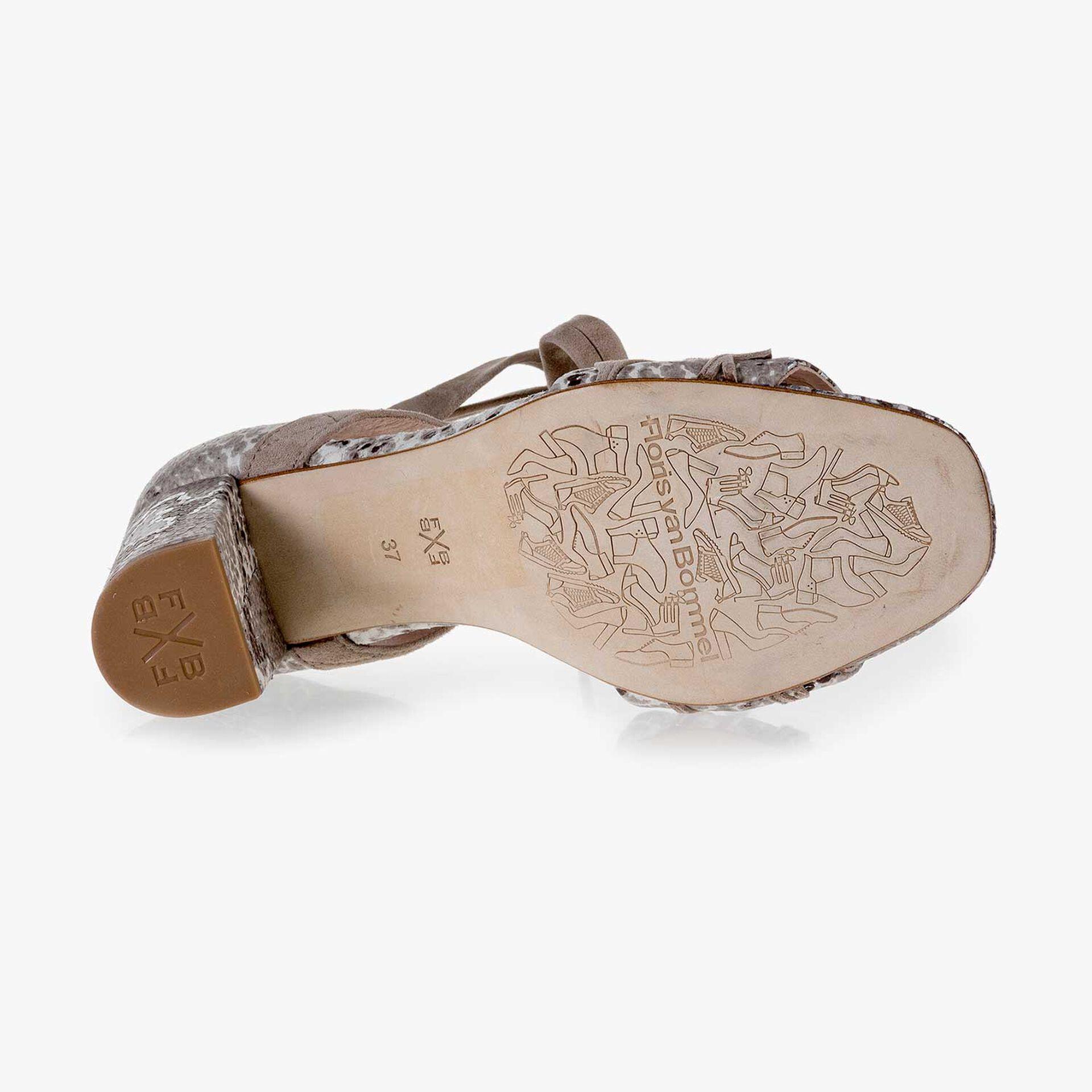 Taupefarbene Wildleder Sandale mit Schlangenprint