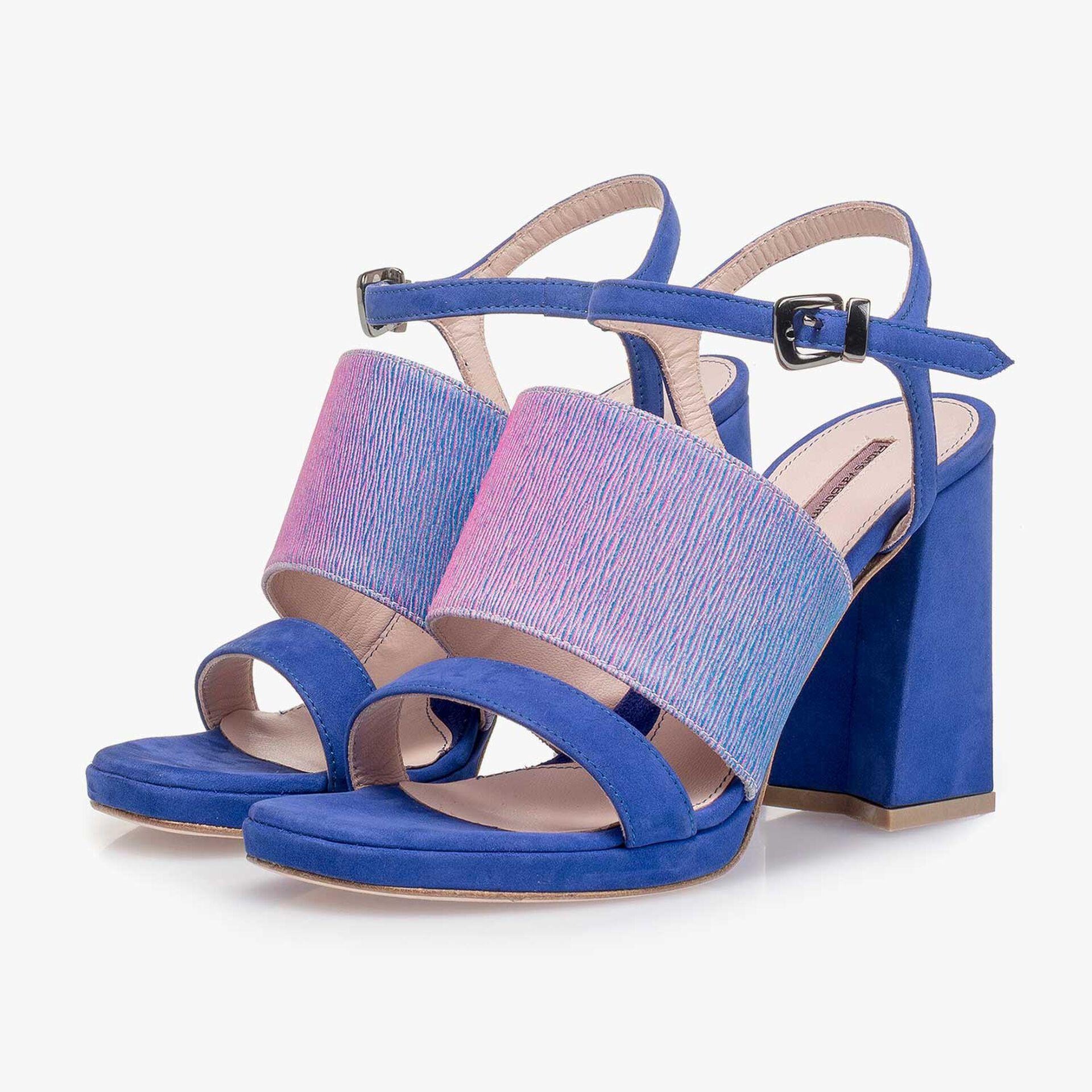Blaue Wildleder-Sandalette mit lilafarbenem print