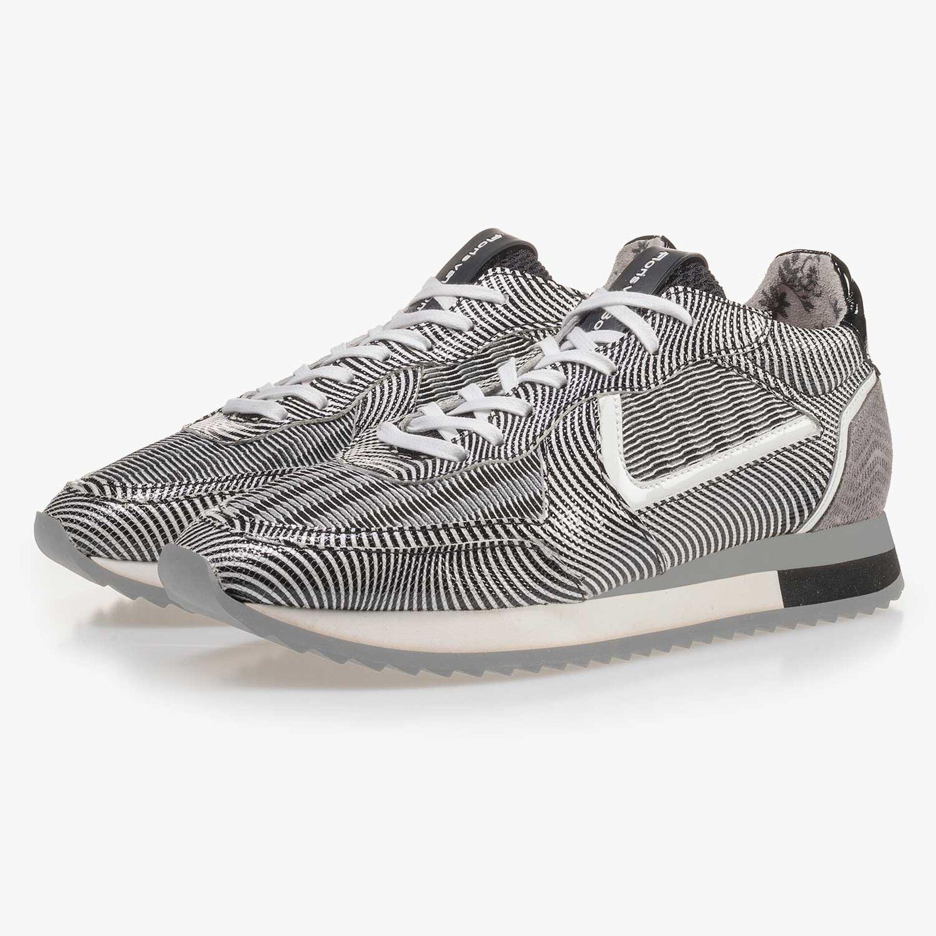 Schwarz-weißer Lackleder Sneaker