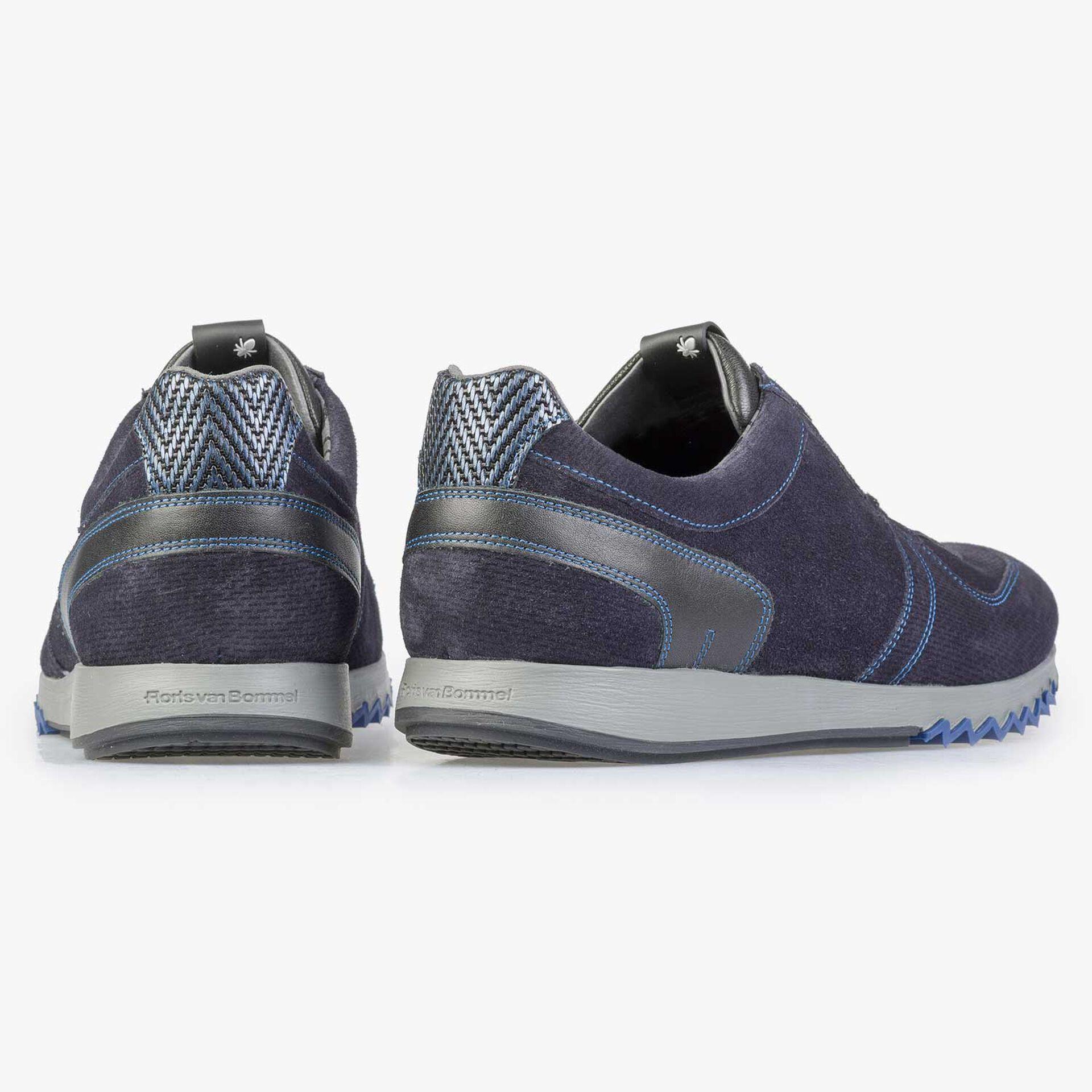 Blauer Kalbswildleder Sneaker mit dezentem Muster