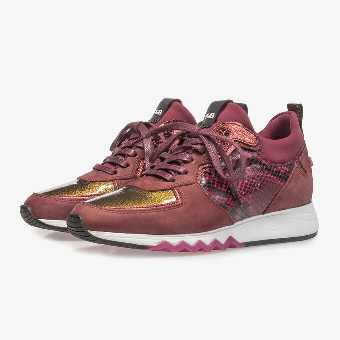 Roter Wildleder-Sneaker mit Schlangenprint