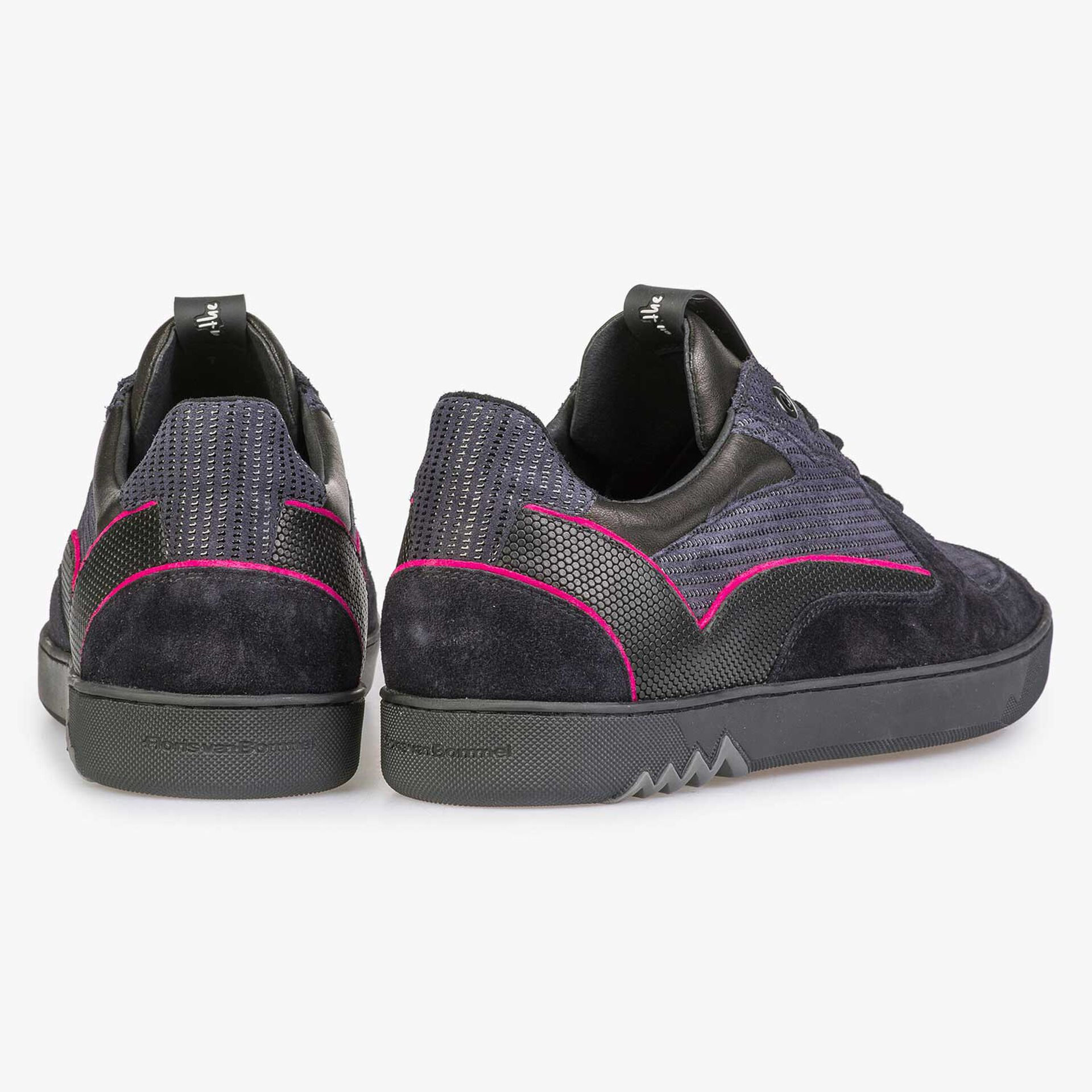 Dark blue sneaker with pink piping