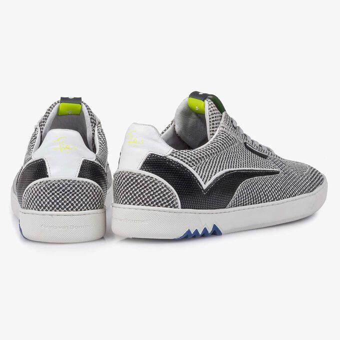 Grauer Wildleder-Sneaker mit Muster