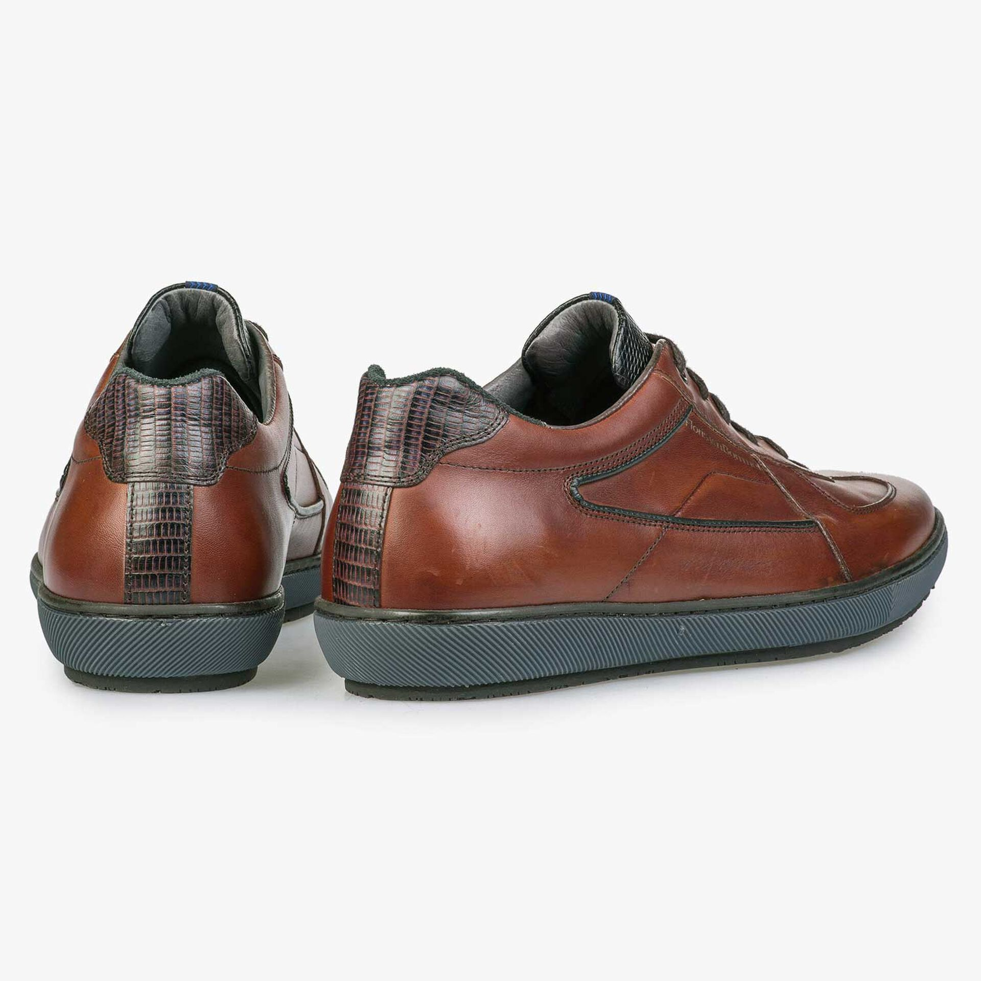 Cognac-coloured lace shoe with sportive trim lines