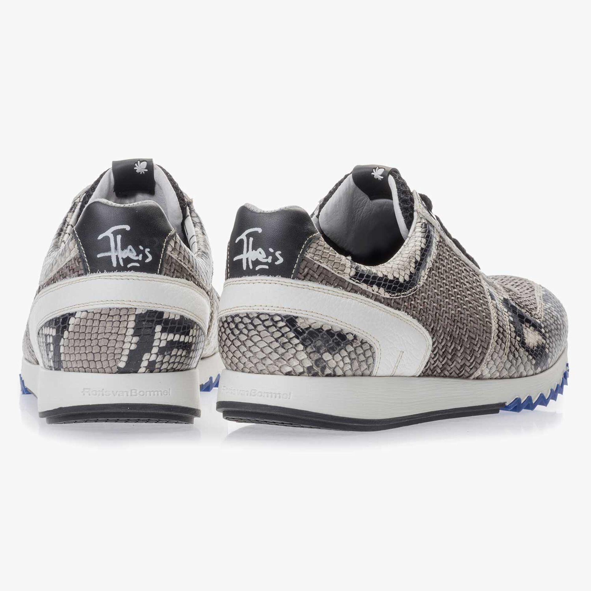 Grauer Sneaker aus Leder mit Schlangenprint