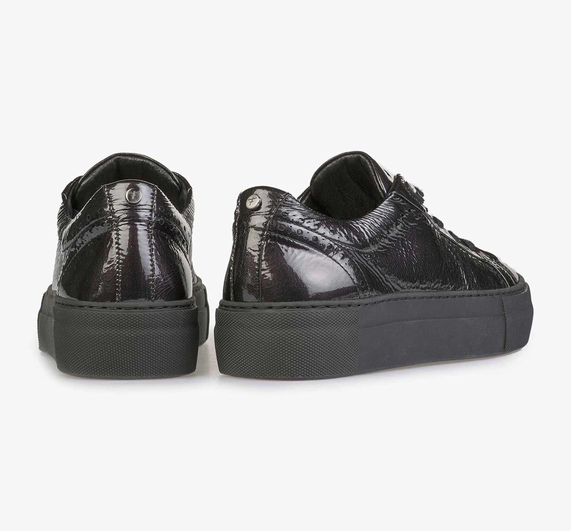 Schwarzer Lackleder-Sneaker mit Knittereffekt