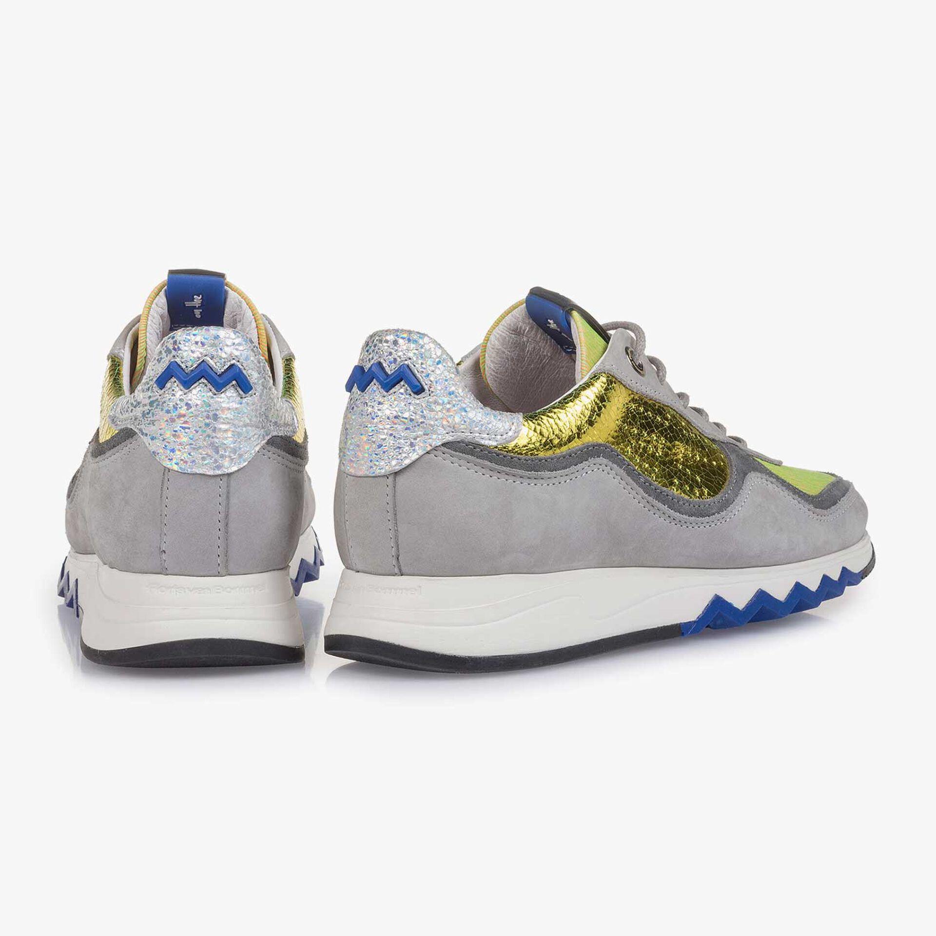 Grauer Nubukleder-Sneaker mit gelbem Details