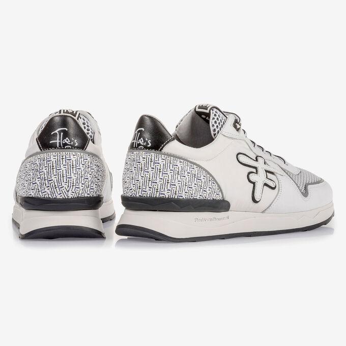 Weißer Wildleder-Sneaker