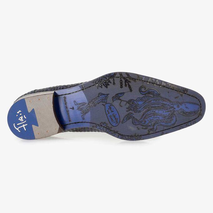 Blauer Nubukleder-Schnürschuh mit Krokoprint