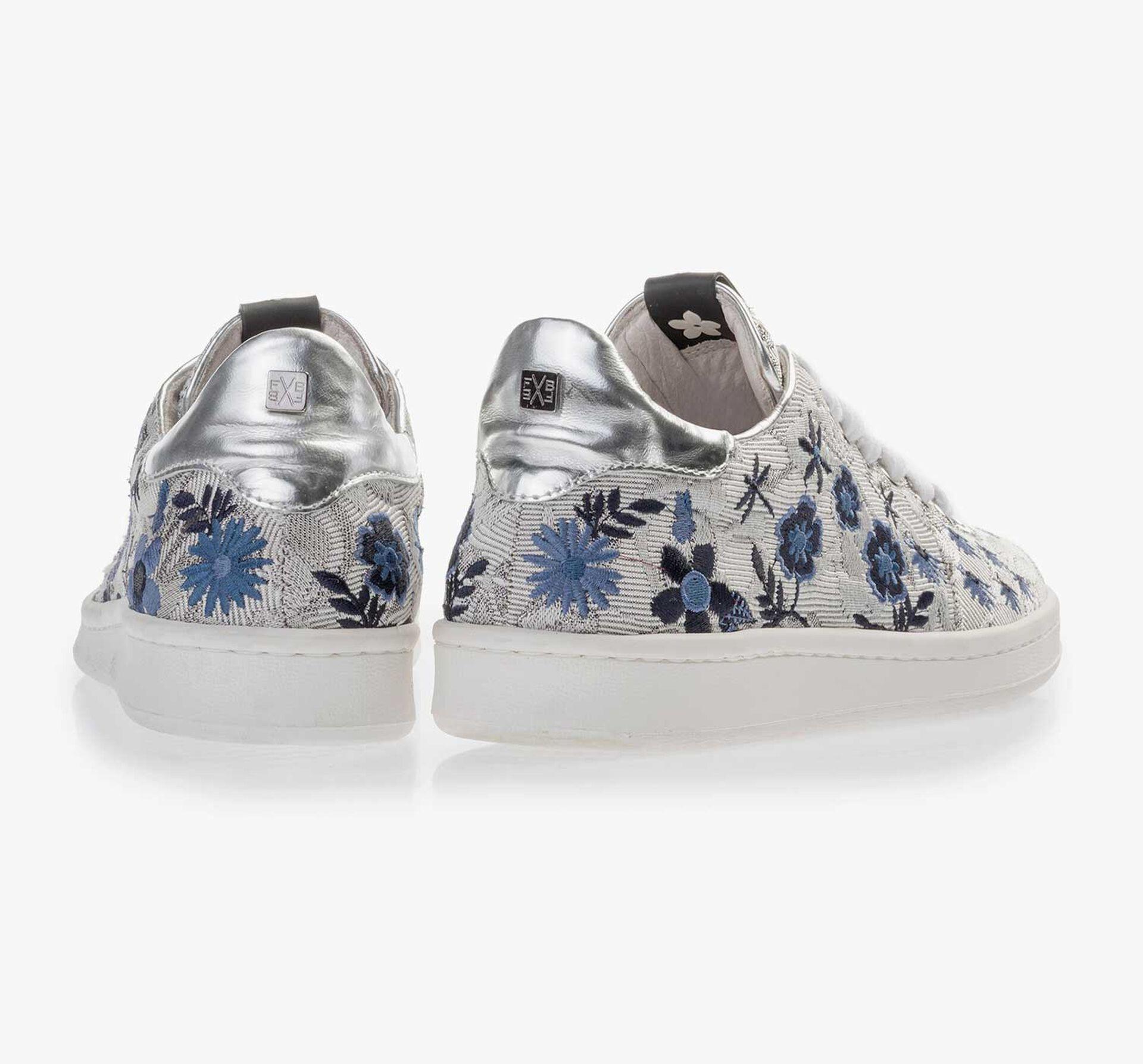 Silberfarbener Sneaker mit Blumenstickerei