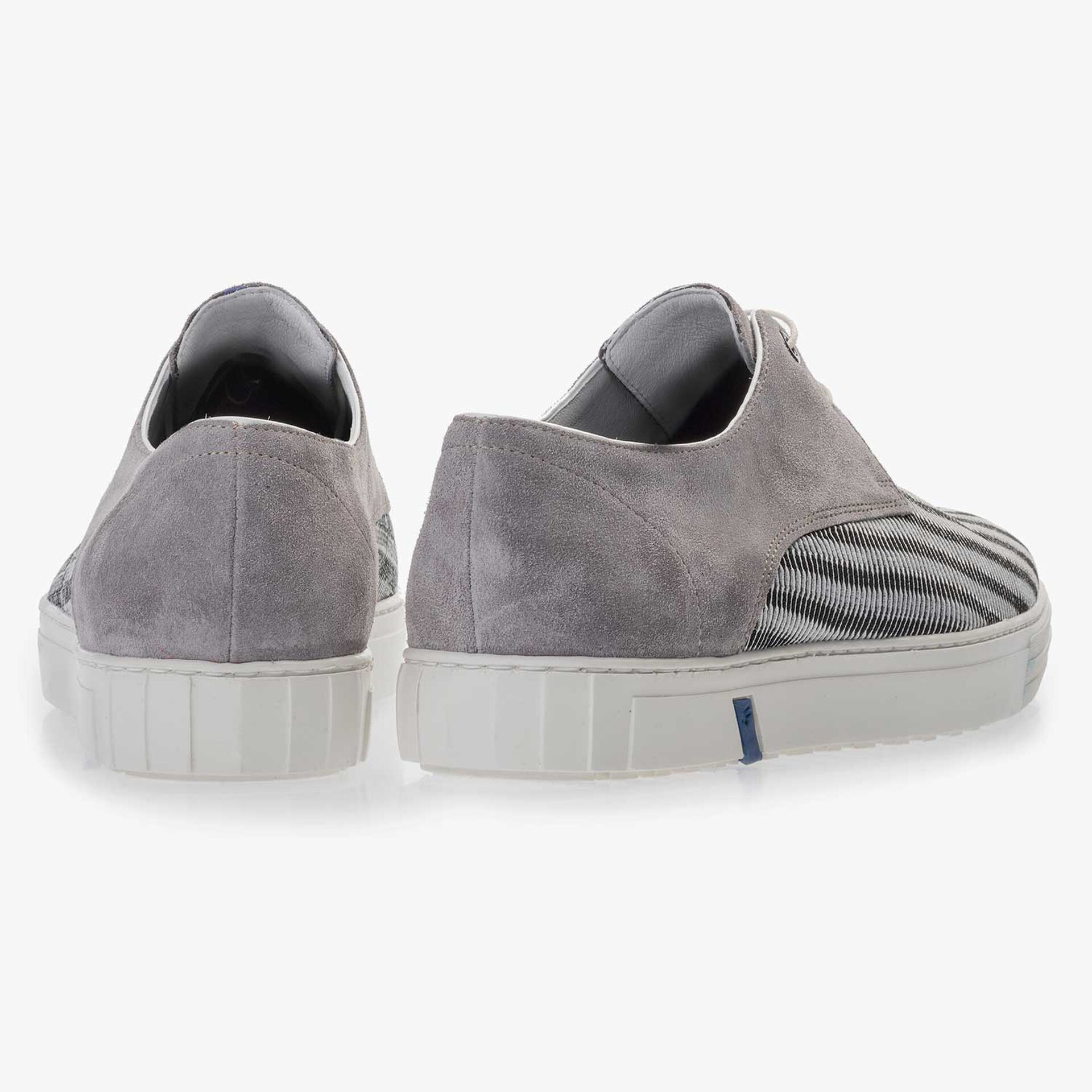 Grey sneaker finished with a mesh relief pattern