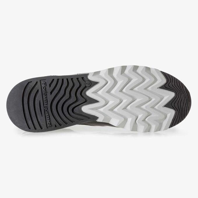 Fein strukturierter schwarzer Leder-Sneaker