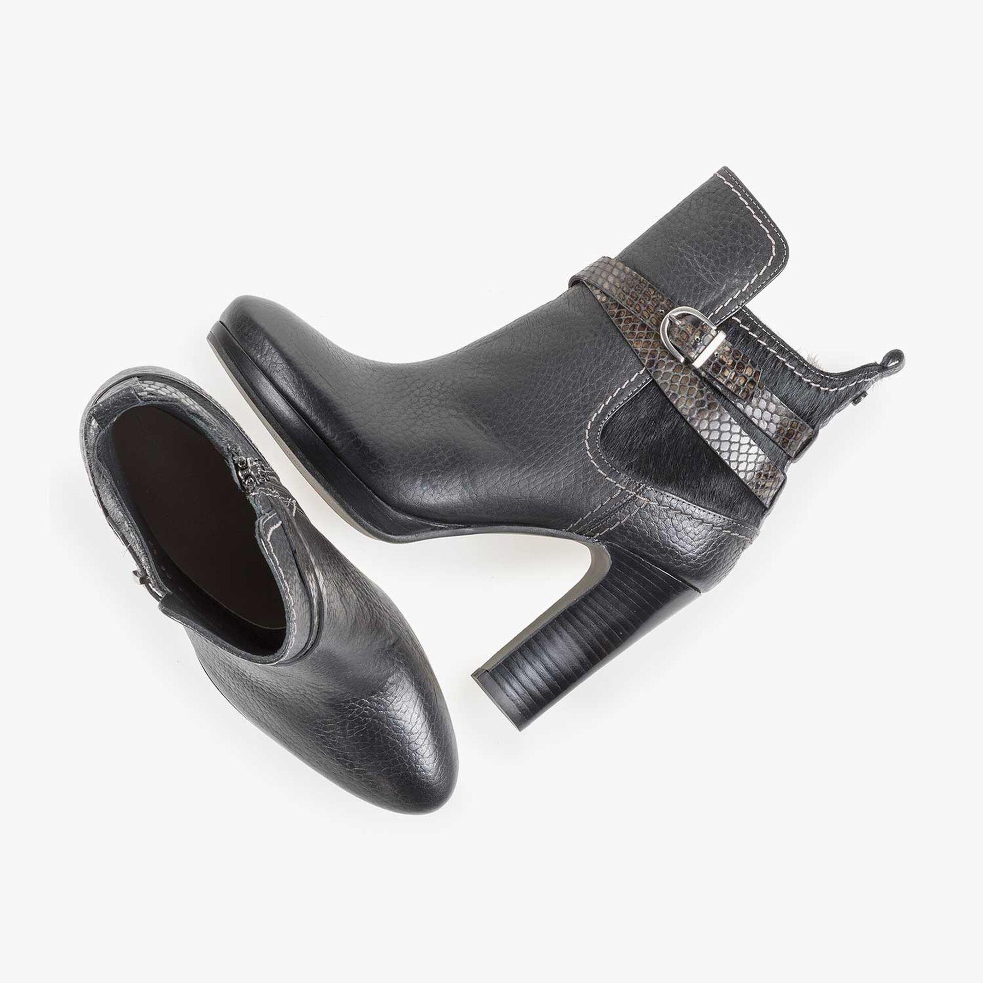Schwarze Kalbsleder-Stiefelette mit Schnalle
