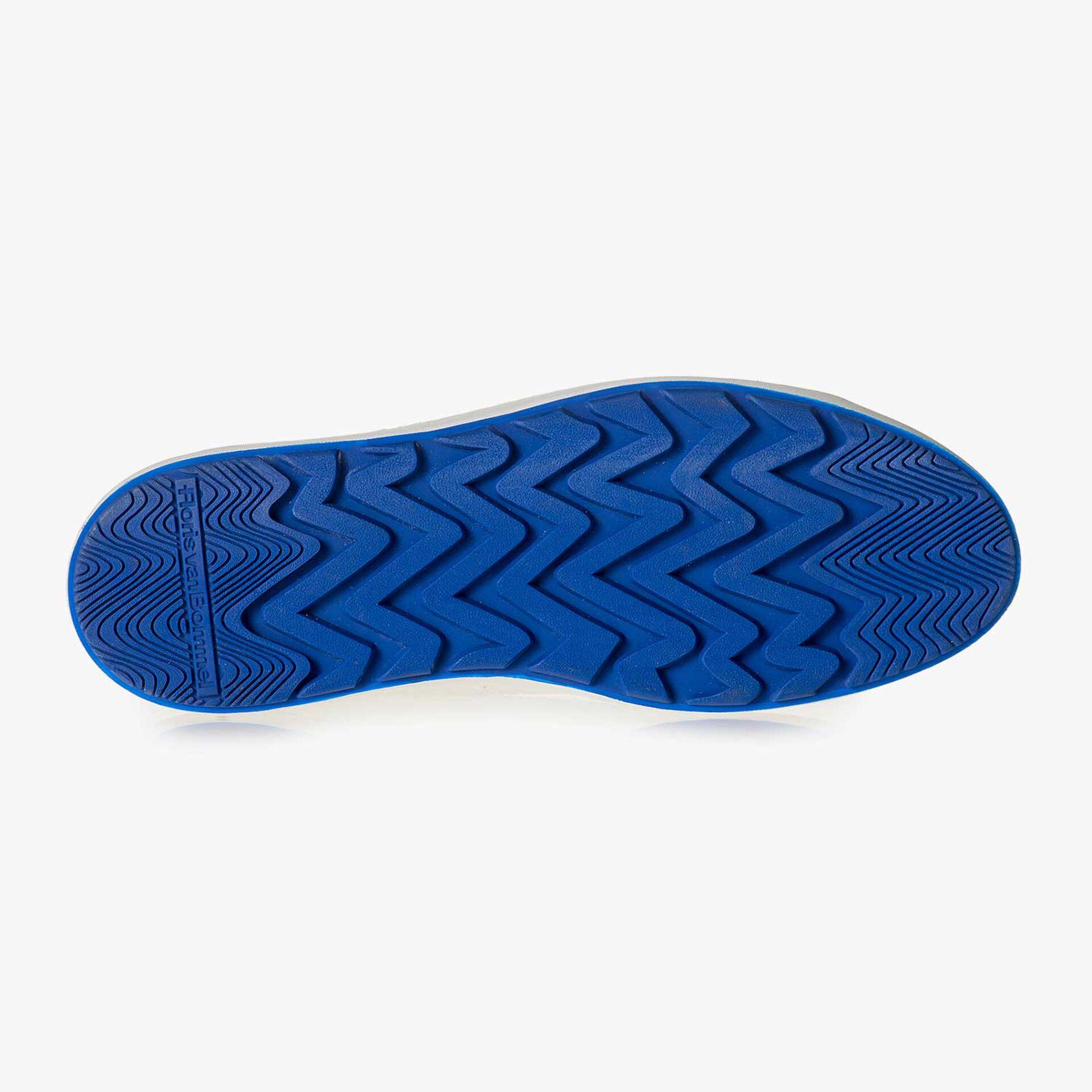 Weißer fein strukturierter Leder-Sneaker