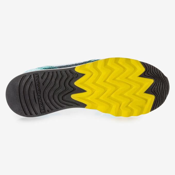 Sneaker mit hellblauem Metallic-Print