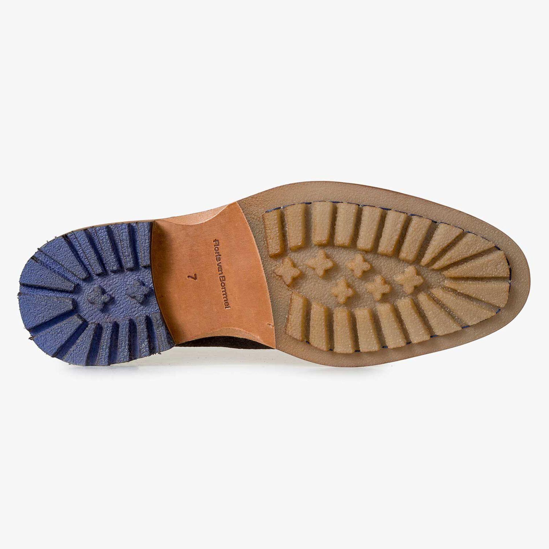 Brauner Wildleder-Schnürschuh mit dezentem Muster