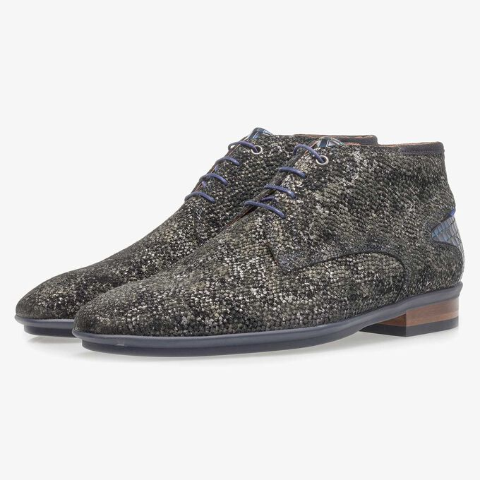 Dark green lace shoe with an organic structure
